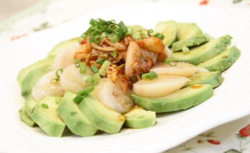 今日のキムチ料理レシピ:アボカドとホタテのキムチのサラダ