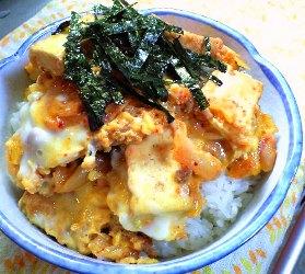 キムチと厚揚げのそぼろ親子丼レシピ