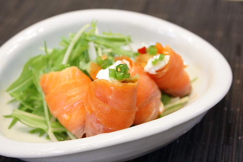 今日のキムチ料理レシピ:クリームチーズとキムチのサーモン巻き