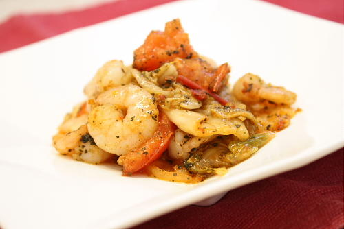 今日のキムチ料理レシピ:えびとキムチのバジル焼き