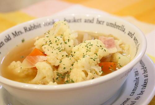今日のキムチ料理レシピ:カリフラワーとベーコンのキムチスープ