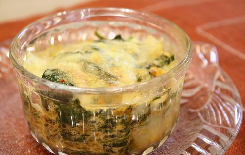 今日のキムチ料理レシピ:モロヘイヤとキムチのグラタン