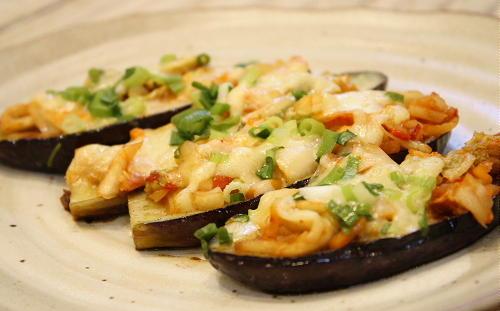 今日のキムチ料理レシピ:キムチなすボート
