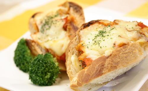 今日のキムチ料理レシピ:キムチとトマトのピザトースト
