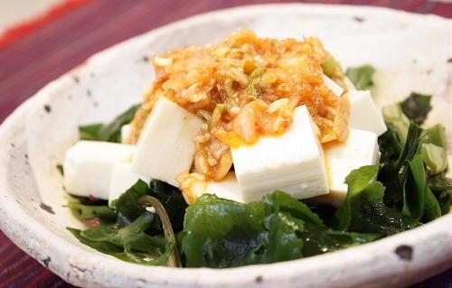 今日のキムチ料理レシピ:豆腐と海藻サラダのねぎキムチドレッシング