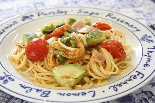 今日のキムチ料理レシピ:アボカドとキムチのスパゲティ