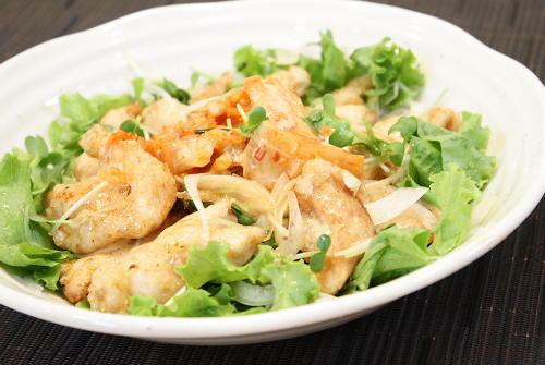 今日のキムチ料理レシピ:揚げ鶏肉とキムチのサラダ