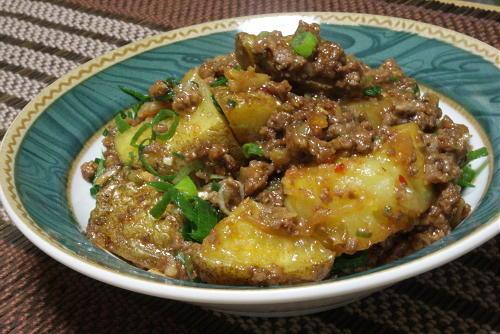 今日のキムチ料理レシピ:揚げじゃがいものピリ辛ひき肉煮