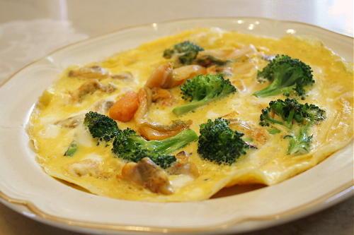 今日のキムチ料理レシピ:あさりとブロッコリーとキムチのオープンオムレツ