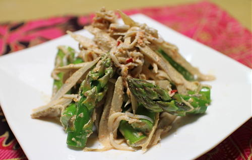 今日のキムチ料理レシピ:ごぼうとアスパラのピリ辛胡麻マヨ和え