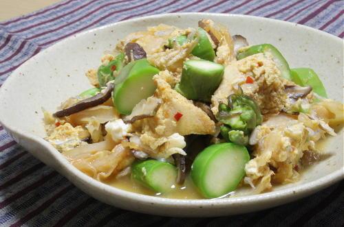 今日のキムチ料理レシピ:高野豆腐とアスパラのキムチ卵とじ