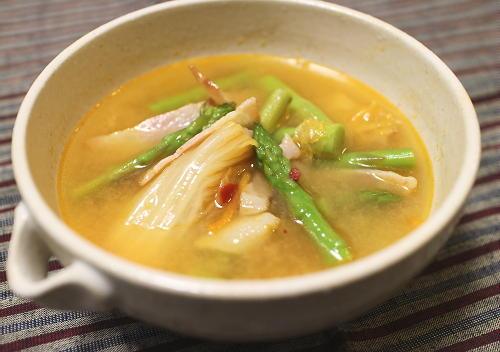 今日のキムチ料理レシピ:アスパラとキムチの味噌汁