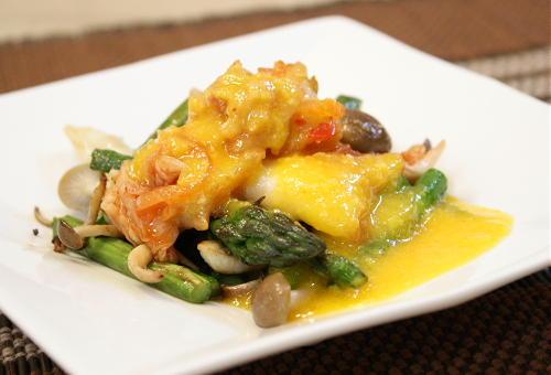 今日のキムチ料理レシピ:アスパラとキムチの卵チーズソース和え