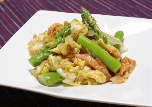 今日のキムチ料理レシピ:アスパラとキムチの卵炒め