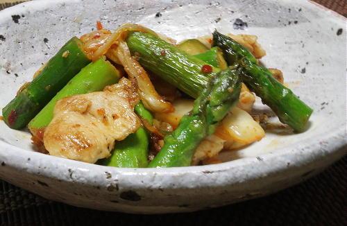 今日のキムチ料理レシピ:鶏肉とアスパラのキムチ炒め