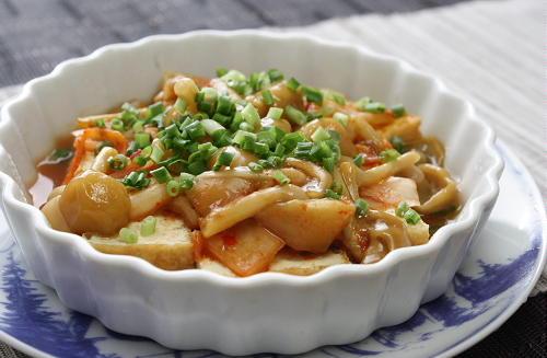 今日のキムチ料理レシピ:厚揚げとなめことキムチのレンジ蒸し