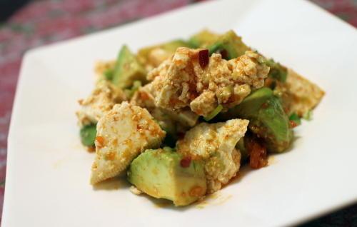 今日のキムチ料理レシピ:アボカドと豆腐のピリ辛サラダ