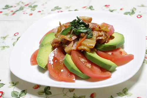 今日のキムチ料理レシピ:アボカドとトマトのキムチドレッシング