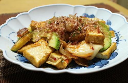 今日のキムチ料理レシピ:アボカドと厚揚げのキムチ炒め