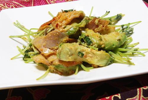 今日のキムチ料理レシピ:アボカドとベーコンのピリ辛マヨ炒め