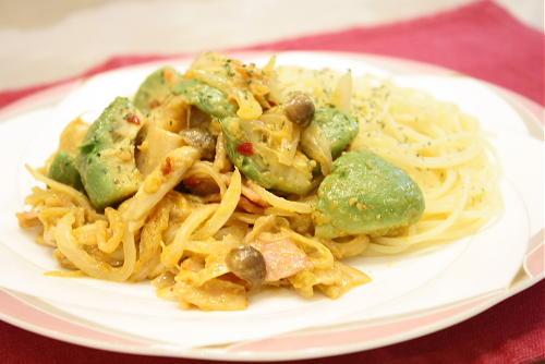 今日のキムチ料理レシピ:アボカドとキムチのクリーム炒め