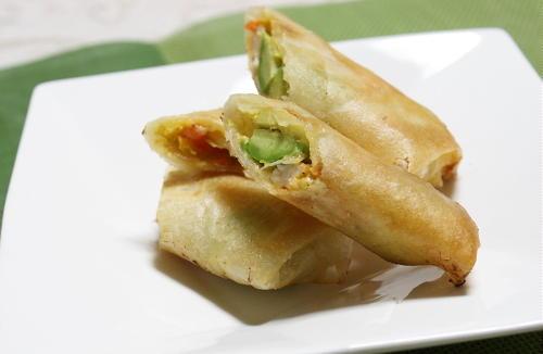 今日のキムチ料理レシピ:エビとアボカドとキムチの春巻き