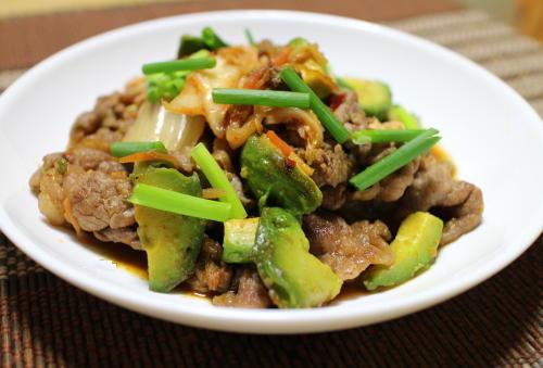 今日のキムチ料理レシピ:牛肉とアボカドとキムチの甘辛いため