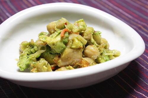 今日のキムチ料理レシピ:アボカドとひよこ豆のキムチサラダ
