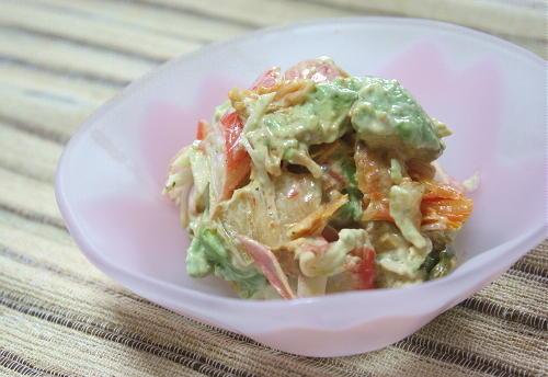 今日のキムチ料理レシピ:アボカドとカニカマのキムチ和え