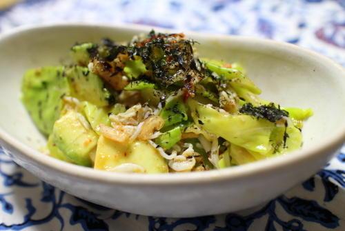 今日のキムチ料理レシピ:アボカドとキャベツのキムチ和え