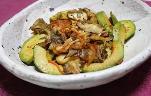 今日のキムチ料理レシピ:アボカドとまいたけのキムチ和え
