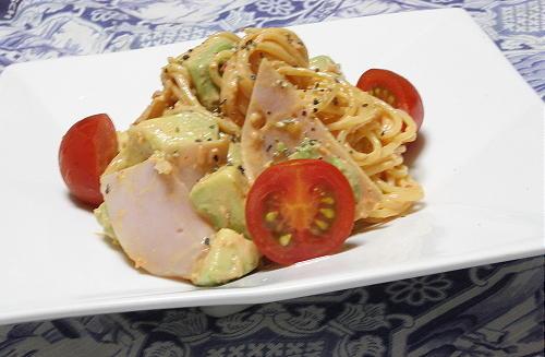 今日のキムチ料理レシピ:アボカドとキムチのパスタサラダ