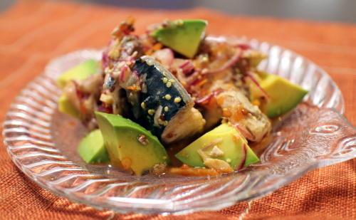 今日のキムチ料理レシピ:アボカドとサバ缶のピリ辛サラダ