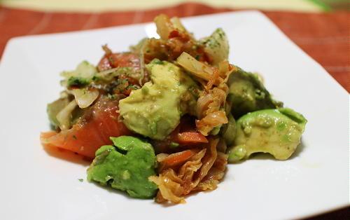 今日のキムチレシピ:アボカドとサーモンとキムチのサラダ