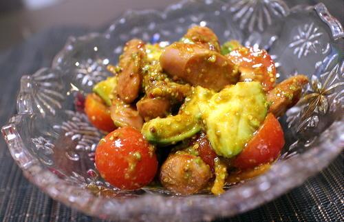 今日のキムチレシピ:アボカドとソーセージのピリ辛和えサラダ