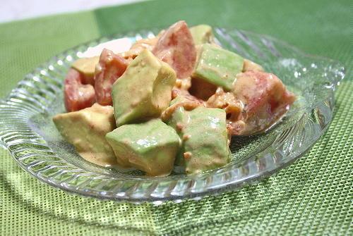 今日のキムチ料理レシピ:アボカドとトマトのキムチサラダ