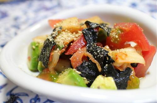 今日のキムチ料理レシピ:トマトとアボカドのキムチサラダ