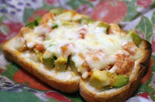 今日のキムチ料理レシピ:アボカドとトマトのピリ辛トースト