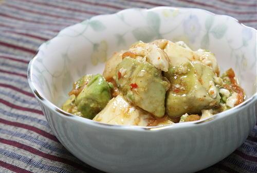 今日のキムチ料理レシピ: アボカドと豆腐のキムチ和え