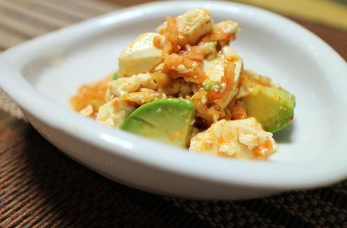 今日のキムチ料理レシピ:アボカドとキムチの豆腐和え