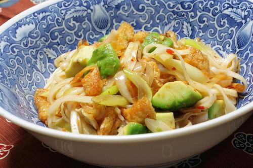 今日のキムチ料理レシピ:アボカドピリ辛うどん