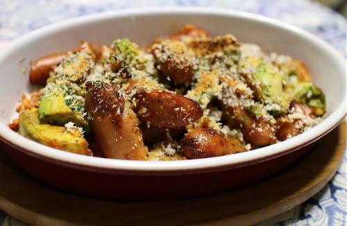 今日のキムチ料理レシピ:アボカドとソーセージのキムチパン粉焼き