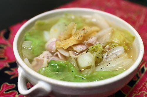 今日のキムチ料理レシピ:ベーコンとレタスのキムチスープ
