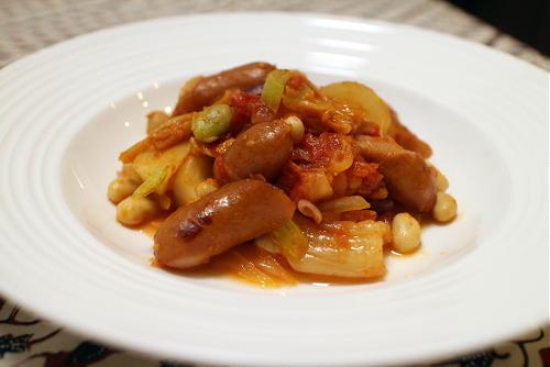 今日のキムチ料理レシピ:ミックスビーンズとソーセージのキムチトマト煮込み