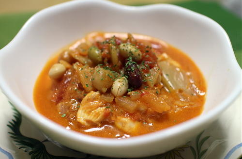今日のキムチ料理レシピ:鶏肉とミックスビーンズのキムチトマト煮