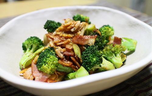 今日のキムチ料理レシピ:ブロッコリーとキムチのニンニク炒め