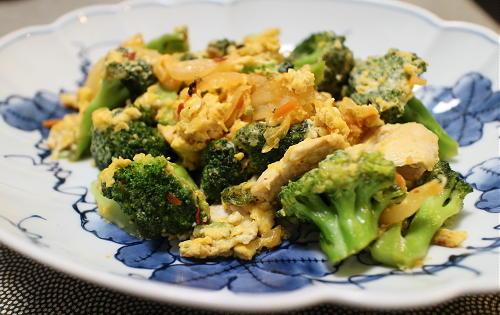 今日のキムチ料理レシピ:ブロッコリーと鶏肉のキムチ卵とじ