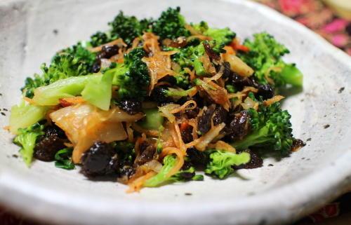 今日のキムチ料理レシピ:ブロッコリーのレーズンキムチサラダ