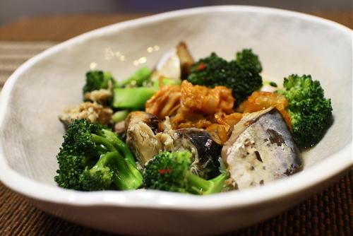 今日のキムチ料理レシピ:ブロッコリーと鯖缶のキムチ蒸し