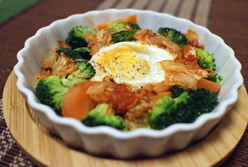 今日のキムチレシピ:ブロッコリーとキムチの巣ごもり卵